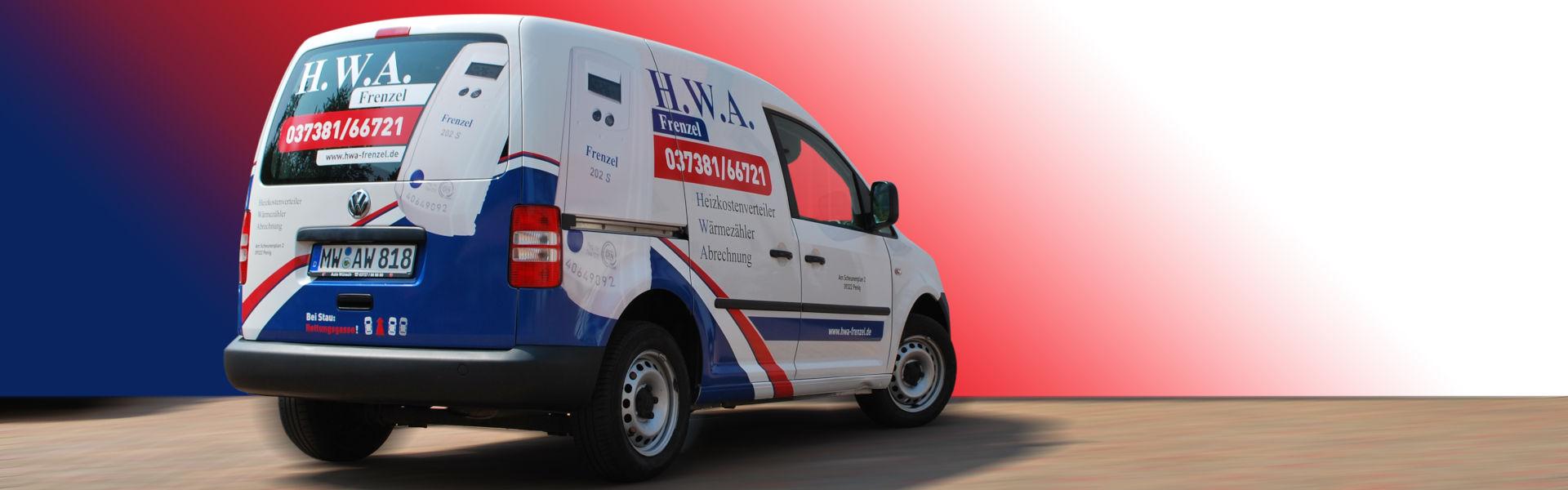 Das HWA-Frenzel Firmenauto vor einem Hintergrund in den Unternehmensfarben Rot, Blau und Weiß.