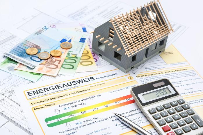 Bild einer Heizkostenabrechnung mit Geldscheinen, einem Taschenrechner und einem Modellhaus. - HWA-Frenzel