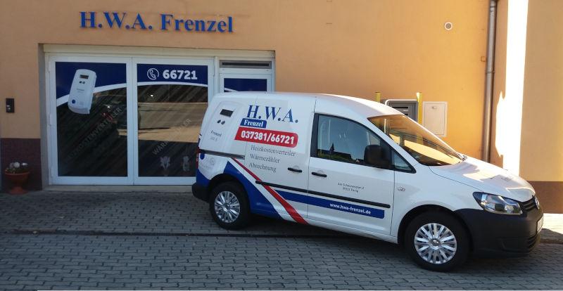Der Firmenwagen von HWA-Frenzel vor dem Büro des Betriebs.